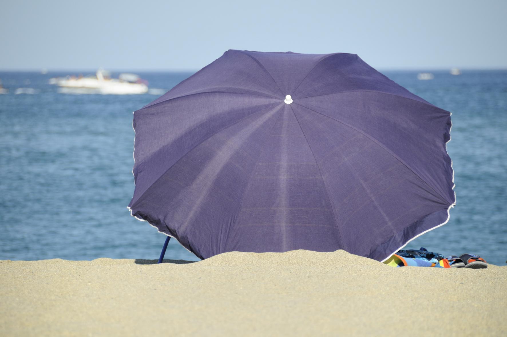 pin le parasol de plage coast de easy camp prot ge du soleil du vent ou on pinterest. Black Bedroom Furniture Sets. Home Design Ideas